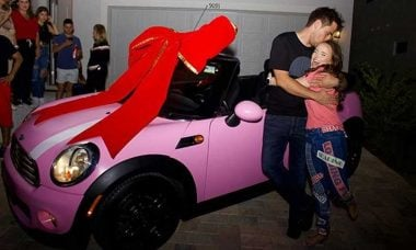 Larissa Manoela ganha Mini Cooper pink embrulhado com laço gigante de aniversário