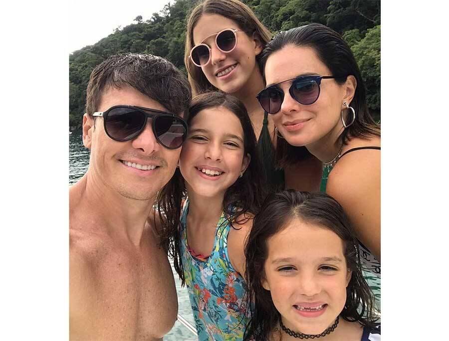 Rodrigo Faro e Vera Viel posam com as três filhas em passeio de lancha