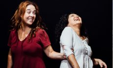 """Débora Lamn e Inez Viana na peça """"Por Favor, Venha Voando"""""""