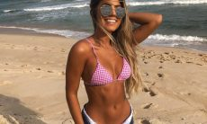 A ex-BBB Hariany posa de biquíni na praia / Foto: Reprodução Instagram