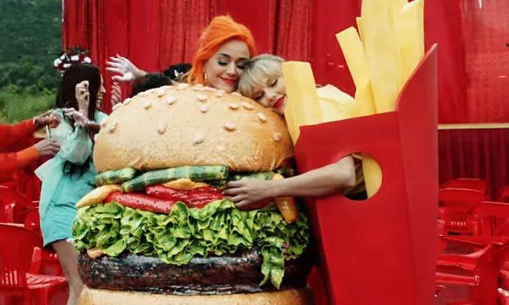 """As cantoras Katy Perry e Taylor Swift no clipe de """"You Need To Calm Down"""" / Foto: Reprodução"""