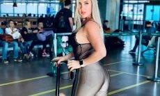 Patrícia Leitte exibe barriga sarada e posa com calça coladinha