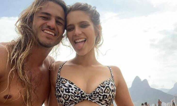 Isabella Santoni posa de biquíni de oncinha na praia e brinca sobre irmão gemêo