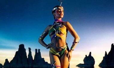 Aos 54 anos, Isadora Ribeiro exibe boa forma ao postar foto de biquíni