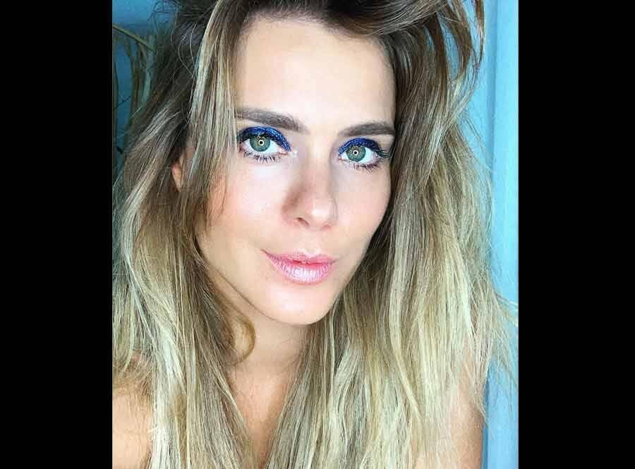 """Carolina Dieckmann posa de biquíni na praia e seguidor dispara: """"Quanto mais o tempo passa, fica mais linda"""""""