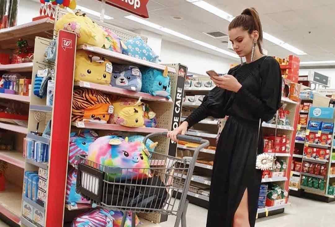 Camila Queiroz rouba a cena ao usar vestido de festa para ir à farmácia. Foto: Instagram