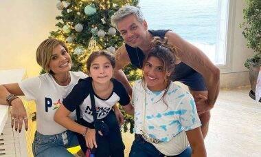 Flávia Alessandra exibe árvore de Natal de sua casa junto da família