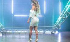 Kelly Key de vestido colado, mostra bastidores de novo clipe