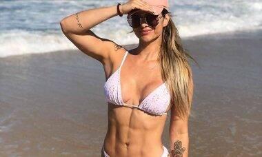 Kelly Key esbanja suas curvas saradas ao surgir de biquíni em Fortaleza