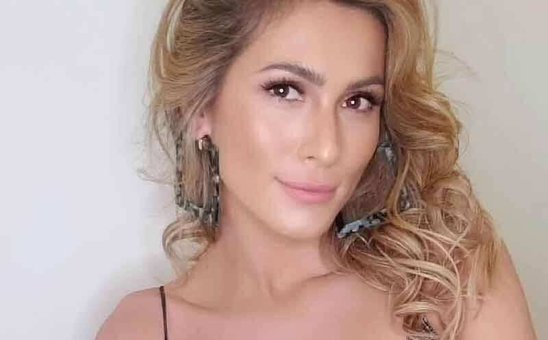 """Lívia Andrade posa com look justinho imitando cobra: """"Veneno de cobra pra nóixxx é drink!"""""""