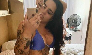 Perlla posta foto sensual no espelho e assusta seguidores pela magreza
