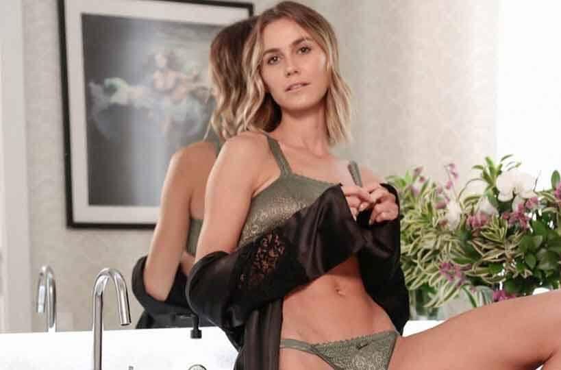 Renata Kuerten posa de lingerie e leva fãs ao delírio