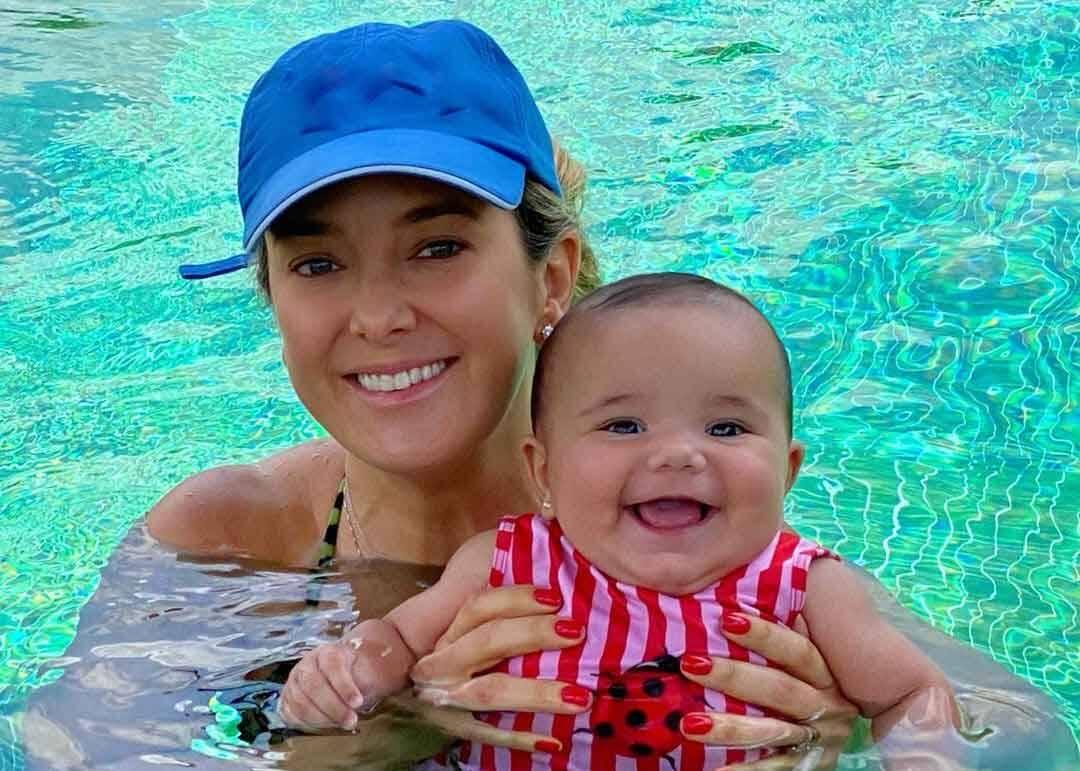 Ticiane Pinheiro mostra a filha caçula na piscina pela primeira vez