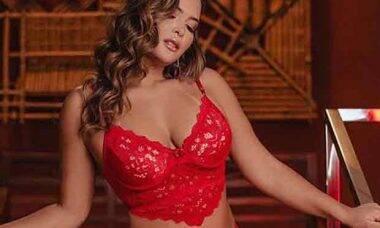 Geisy Arruda sensualiza de lingerie vermelha e chicote na mão