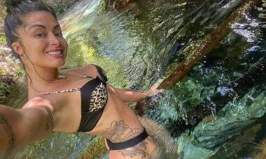 """Aline Riscado posta foto e barriga chapada chama atenção: """"Você é escultural"""""""