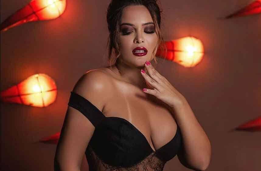 """Geisy Arruda aparece com decote e marquinha: """"Sexy e meiga"""""""