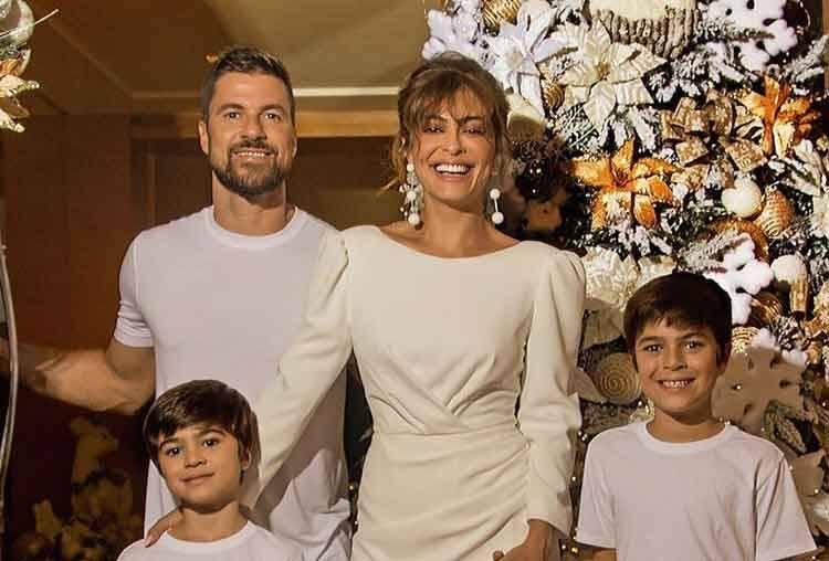 Marido de Juliana Paes compartilha foto com a família em clima de Natal