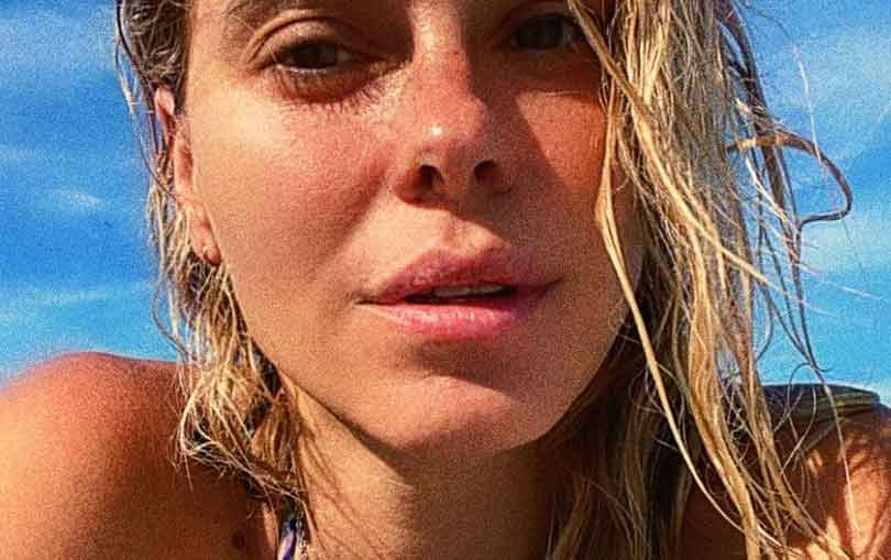 Em cachoeira, Carolina Dieckmann posa de biquíni e filosofa