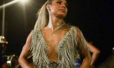 Com mega-decote Lexa cai no samba em ensaio da Unidos da Tijuca