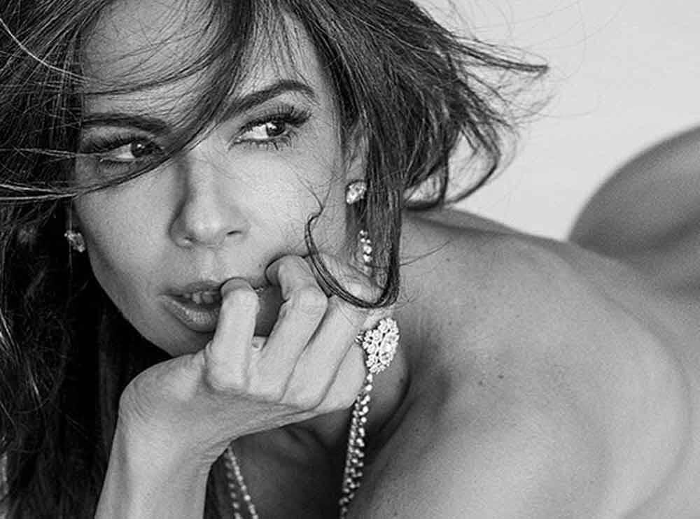 Aos 50 anos, Luciana Gimenez posa de lingerie e impressiona com barriga sarada