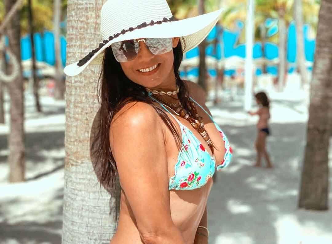 Aos 48 anos Monica Carvalho exibe boa forma em fotos de maiô