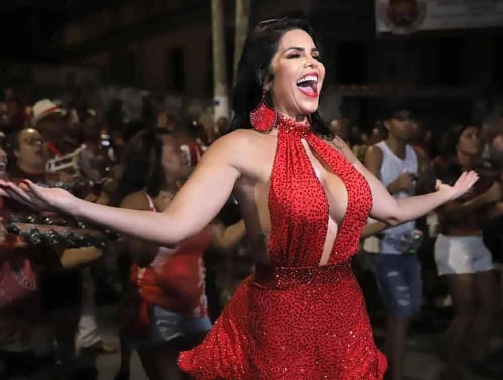 Raissa Machado usa body decotado para ensaio da Viradouro