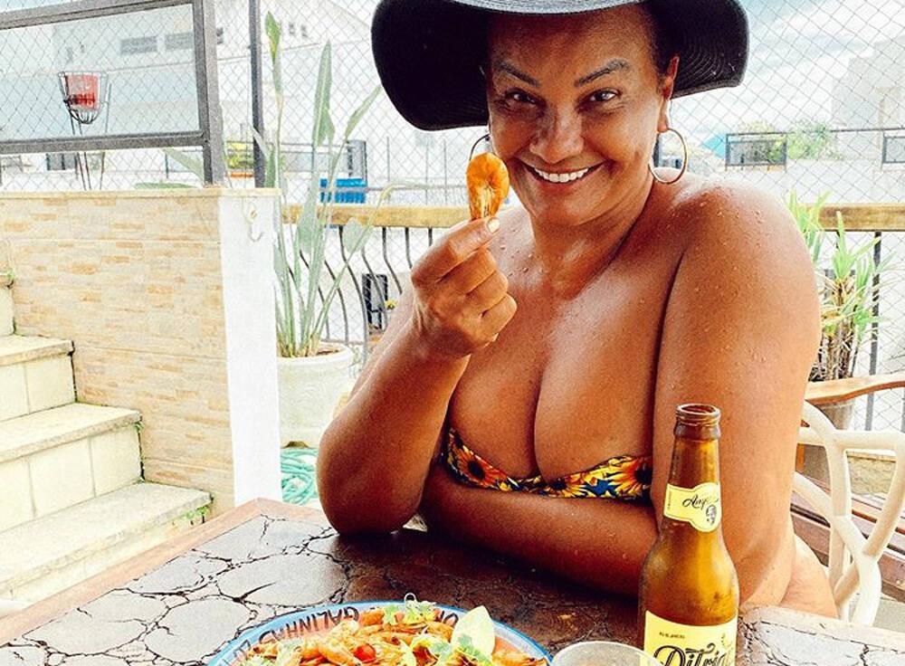 Solange Couto surpreende, posa de topless e arranca suspiros: ''Deslumbrante''