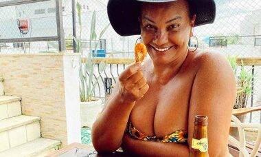 Solange Couto posa de topless e arranca elogios de seguidores