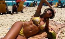Thaila Ayala mostra boa forma em praia do RJ