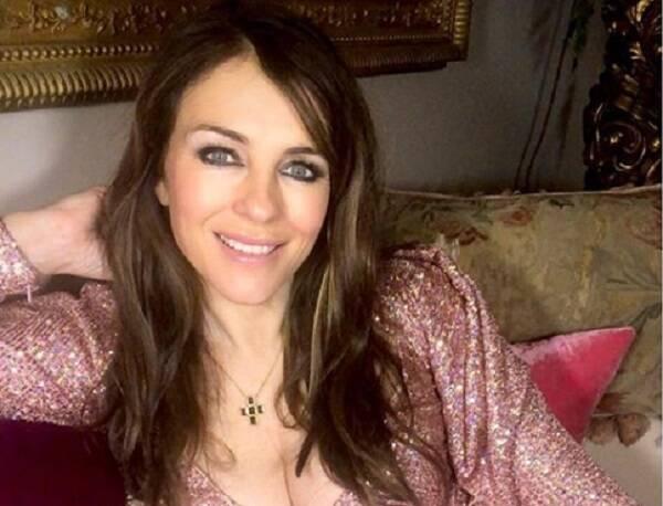 Aos 54 anos, Elizabeth Hurley diz estar velha para usar biquíni