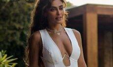 Juliana Paes surge com vestido branco colado e chama atenção na web