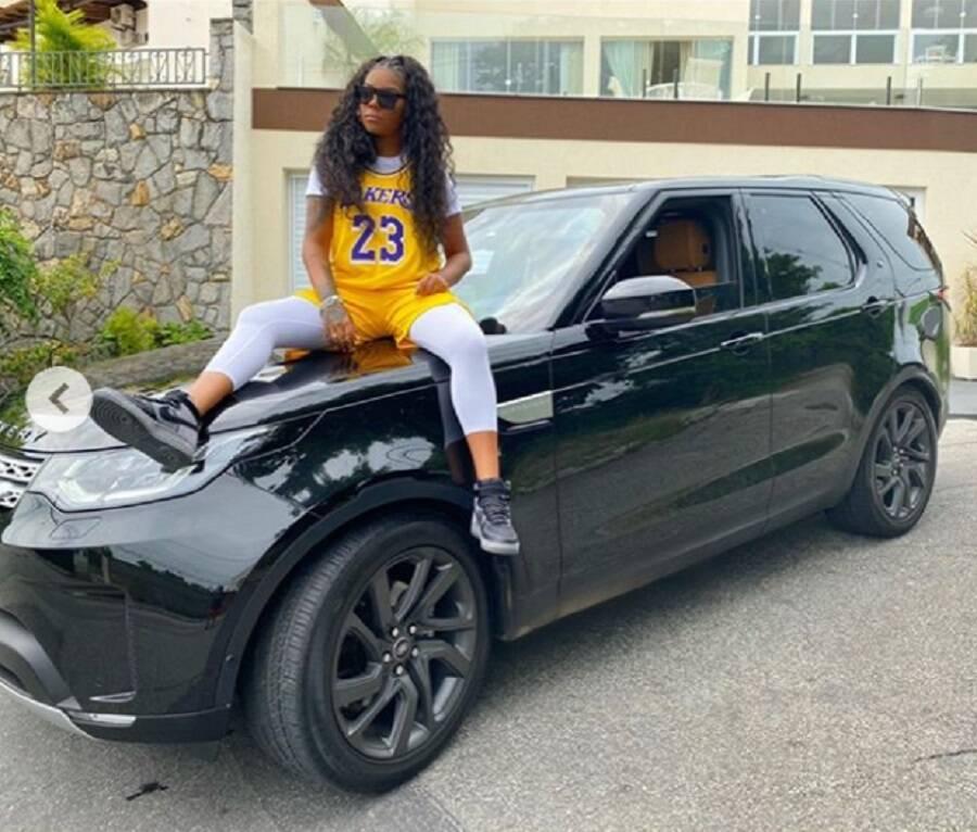 Ludmilla se autopresenteia com Land Rover de R$ 400 mil