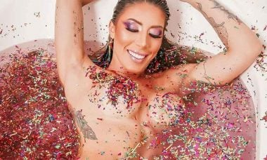 Tati Minerato publica ensaio pré carnaval vestindo apenas glitter