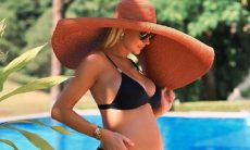 Ana Paula Siebert exibe barriga de sete meses em foto de biquíni