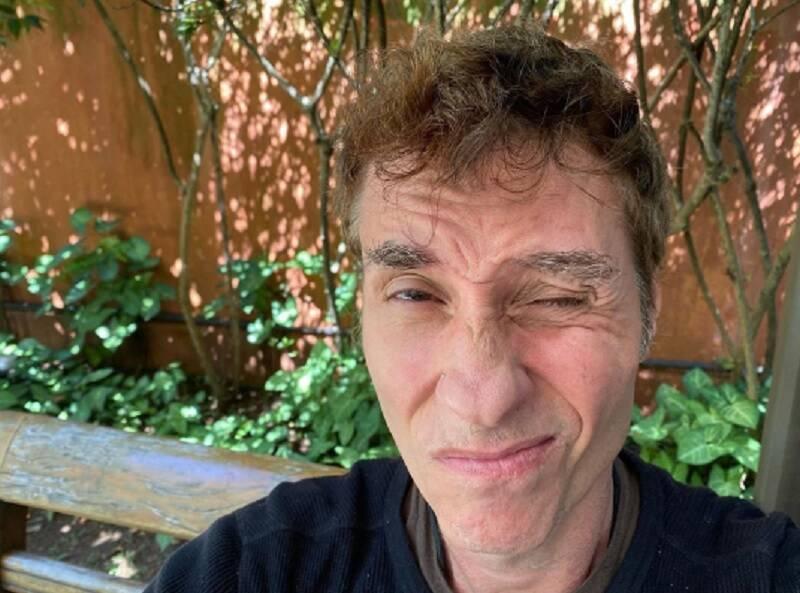 """""""Me lembra a dengue que eu tive alguns anos atrás"""", diz Dinho Ouro Preto sobre o coronavírus"""