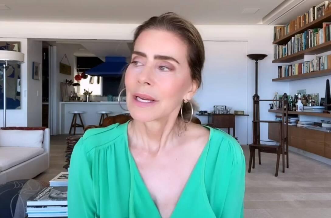 Maitê Proença faz post fazendo faxina em casa