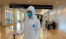 "Naomi Campbell veste inusitado look ""anti-coronavírus"""