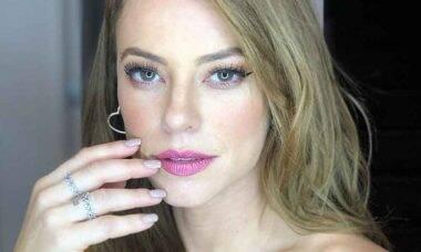 Paolla Oliveira posa com tapa-seio brilhante e ganha elogio de Claudia Leitte