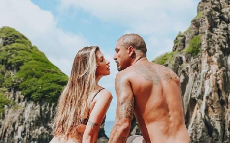 Aline Gotschalg aparece de fio dental em foto com o marido