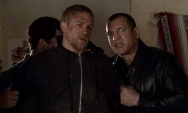 O ator (direita) Dimitri Diatchenko em cena da série Sons of Anarchy