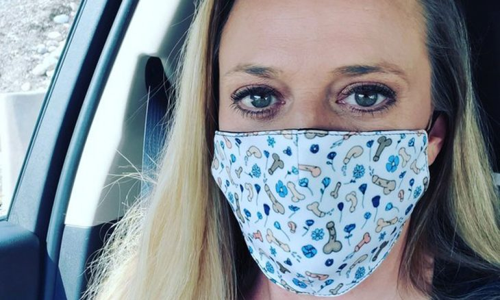 Terapeuta cria máscara com pênis e arrecada 50 mil dólares nos EUA