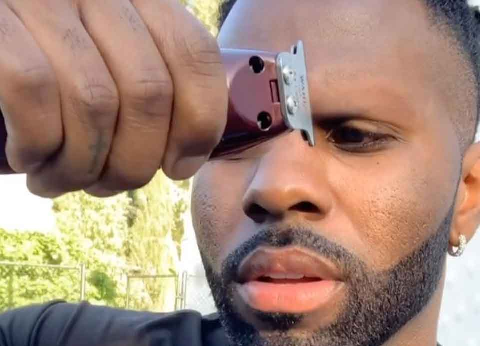 Rapper perde aposta e raspa sobrancelha; veja o vídeo