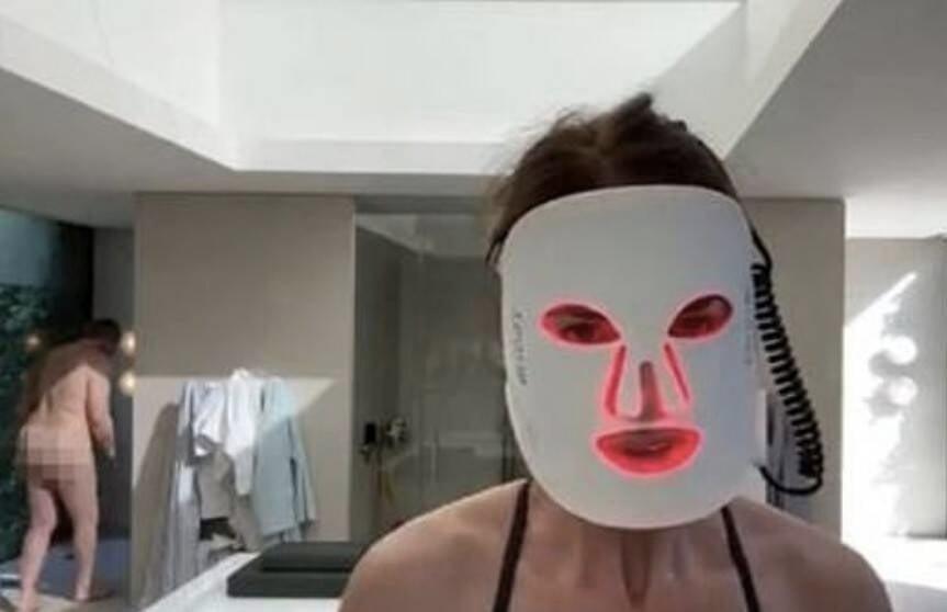 Estrela da TV deixa vazar namorado nu em live