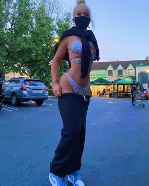 Quando chegou ao estacionamento ela achou melhor se vestir