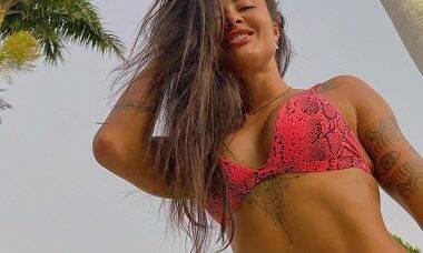 Aline Riscado esbanja boa forma e encanta fãs com foto na piscina