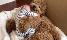 Este vídeo de um bebê aconchegando-se em seu cão fofo é tudo que você precisa ver hoje