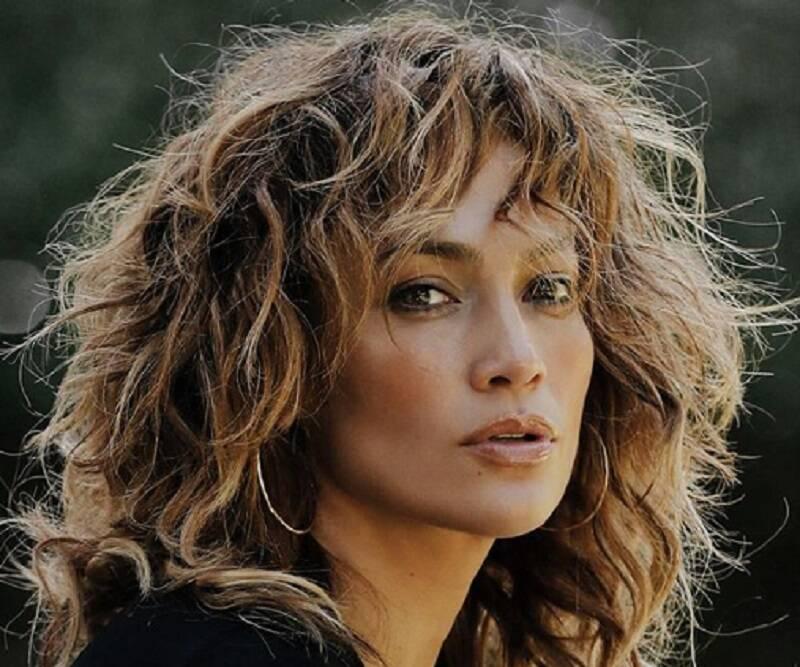 Fãs de Jennifer Lopez flagram homem misterioso em fundo de selfie