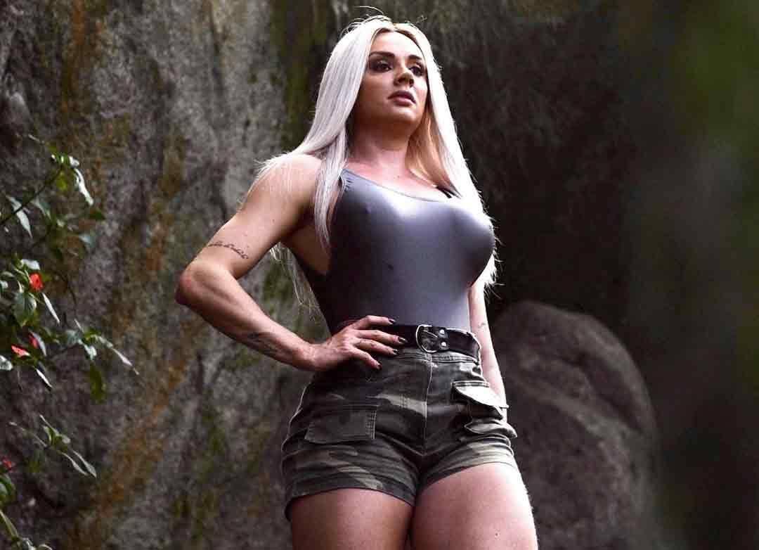 Juju Salimeni posa com look militar e se despede de reality fitness