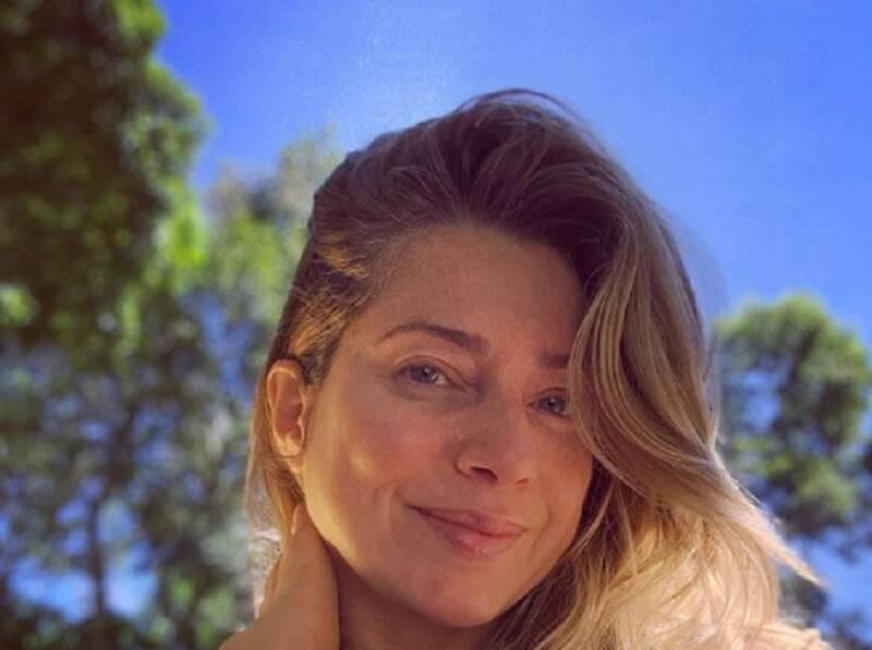 Letícia Spiller surge de topless em foto no Instagram
