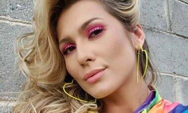 Em momento pético, Lívia Andrade posa ao ar livre e homegea o povo cigano